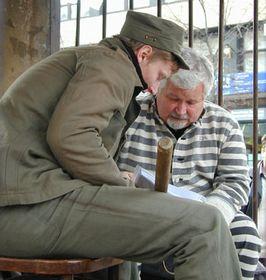 Petr Pithart en la réplica de una celda cubana