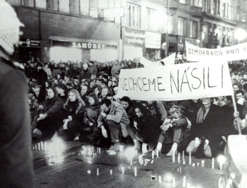 Avenida Nacionala en Praga, el 17 de noviembre de 1989, foto: Paměť národa