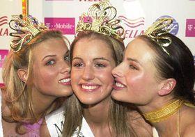 Zleva 1. vicemiss Klára Medková, Miss ČR 2003 Lucie Váchová a2. vicemiss Markéta Divišová, foto: ČTK