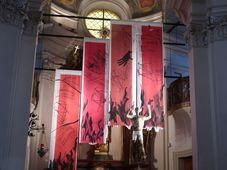 Fastentuch-Installation in der Kirche Johannes Nepomuk am Felsen (Foto: Martina Schneibergová)