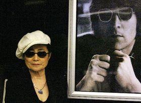 Йоко Оно и фотография Джона Леннона (Фото: ЧТК)