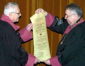 Václav Klaus recibió el título de Doctor Honoris Causa en la Universidad de Economía Nacional y Mundial, en la capital búlgara Sofia (Foto: CTK)