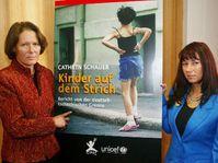 Manželka německého prezidenta Johannese Raua Christina Rauová (vlevo) a Cathrin Schauerová prezentují knihu Schauerové 'Děti na ulici', foto: ČTK