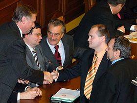Michal Hašek (druhý zprava) blahopřeje premiérovi Mirku Topolánkovi, foto: ČTK
