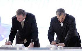 Mirek Topolanek and Foreign Minister Karel Schwarzenberg sign the EU's Lisbon Treaty, photo: CTK