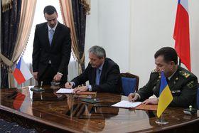 Подписание официальной декларации в ходе визита, Фото: Jana Deckerová/www.army.cz