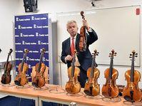 """Jaroslav Svěcený představuje """"Slavné housle na vlnách rozhlasových"""", foto: Filip Jandourek, ČRo"""