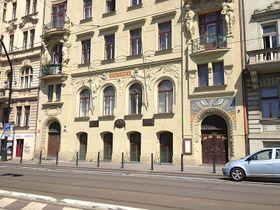Нижний ярус фасада с реалистичным лепным декором. Фото: Олег Фетисов
