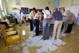 Členové volební komise počítají hlasovací lístky, foto: ČTK