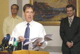Zleva předseda KDU-ČSL Miroslav Kalousek, šéf ČSSD apremiér Stanislav Gross apředseda US-DEU Pavel Němec (Foto: CTK)