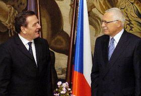 Gerhard Schroder y Vaclav Klaus (Foto: CTK)