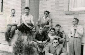 Mojmír Povolný (uprostřed) sčleny Rady svobodného Československa vKanadě vroce 1955, foto: Muzeum vCedar Rapids