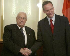 Primer ministro israelí Ariel Sharon y ministro de RR.EE. checo, Cyril Svoboda, foto: CTK