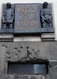 Мемориальная доска и следы от пуль на фасаде, Фото: Архив Чешского радио - Радио Прага
