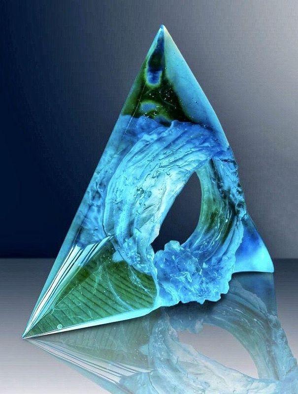 Wave 2, cast, cut and polished uranium glass, foto: archivo personal de Petr Stacho