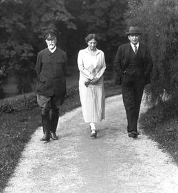 Tomáš Garrigue Masaryk, dcera Alice asyn Jan na procházce vzámecké zahradě, foto: ČTK
