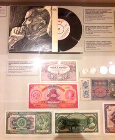 Na výstavě lze vidět například gramofonovou desku sprojevem TGM či návrhy bankovek od Alfonse Muchy, foto: Alžběta Němcová