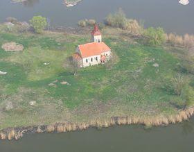 Mušovský kostel sv. Linharta stojí dnes na ostrově, foto: Lallilah, Wikimedia CC BY-SA 4.0