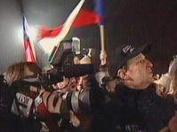 Protestní shromáždění proti J. Hodačovi před budovou ČT