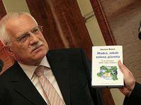 Václav Klaus y su libro 'Nuestro planeta no es verde sino azul' (Foto: CTK)