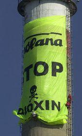 Greenpeace-Transparent an einem der Spolana-Schornsteine (Foto: CTK)