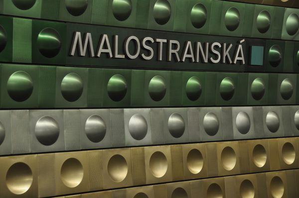 Metall-Verkleidung in der Station Malostranská (Foto: Ralf Roletschek, Wikimedia Commons, CC BY-NC-ND 3.0)