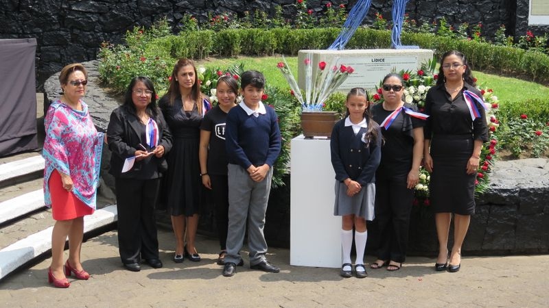 De izquierda: Edna Gómez Ruiz, Lidice Rivas, Lidice Fragoso, Lidice Cuadra, dos alumnos de la escuela 'Lidice', en el centro la urna con la tierra de Lidice, Lidice Luna a Lidice Ramirez Molina, foto: archivo Edna Gómez Ruiz