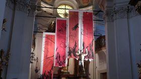 A modern lenten cloth in the Church of St John of Nepomuk on the Rock in Prague, photo: Martina Schneibergová