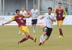 El Pilsen (en blanquinegro) derrotó al Dukla de Praga gracias a un penal en el último minuto. (Foto: ČTK)