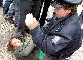 Při prvomájové demonstraci zbil Kateřinu Jacques policista, foto: ČTK