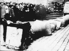 Mariánský sloup byl stržen v roce 1918, foto: Public Domain