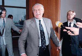 Václav Klaus po příletu ze Sarajeva vroce 1997, foto: ČTK