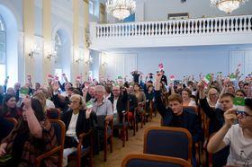 Publikumsabstimmung (Foto: Vladimír Šimíček, Archiv des Wettbewerbes Jugend debattiert)