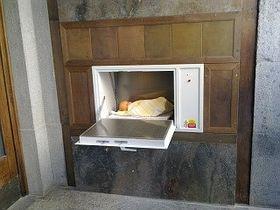 La babybox installée sur le mur de la mairie de Prague 2, photo: www.teletechservis.cz