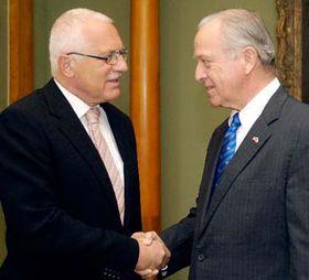 Prezident republiky Václav Klaus (vlevo) aamerický velvyslanec William Cabaniss, foto: ČTK