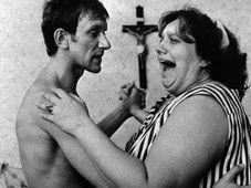Helena Ruzicková como Hedus con Frantisek Husak (como su marido Ludva) en la película Ecce Homo Homolka, 1969, foto: CTK
