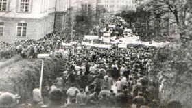 Kundgebung vor den Unigebäuden in der Straße Albertov 1989 (Foto: Archiv von P. Čepek, Karlsuniversität Prag)