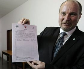 Milan Štěpánek avec la pétition dirigée contre Radek John, photo: CTK