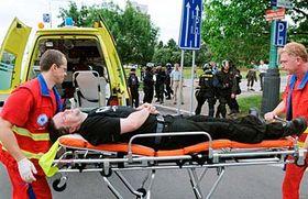 Záchranáři odvážejí místopředsedu Dělnické strany Petra Kotába, foto: ČTK
