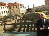 Petr Pithart zkouší lavičku v nově otevřené zahradě, Foto: ČTK