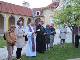Nach dem ökumenischen Gottesdienst am Weißen Berg (Foto: Martina Schneibergová)