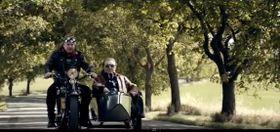 Petr Kolář sKarlem Gottem ve videoklipu To jenom láska zastaví čas, foto: YouTube kanál Supraphonu