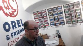 Stéphane Corbet et les signes de balisage touristique, photo: RPI