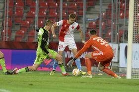 Tomáš Souček de Slavia y el portero de Boleslav, Jan Šeda, foto: ČTK/Šulová Kateřina