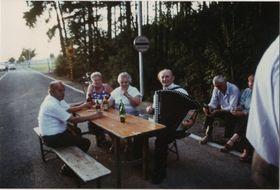 Freundschaftstreffen am Schlagbaum Mähring / Broumov im Frühjahr 1990 (Quelle: Archiv Mähring)