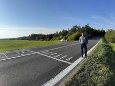 Ondřej Mlejnek na jednom z míst, kde je na silnici vyznačená historická zemská hranice mezi Čechami a Moravou, foto: archiv Ondřeje Mlejnka