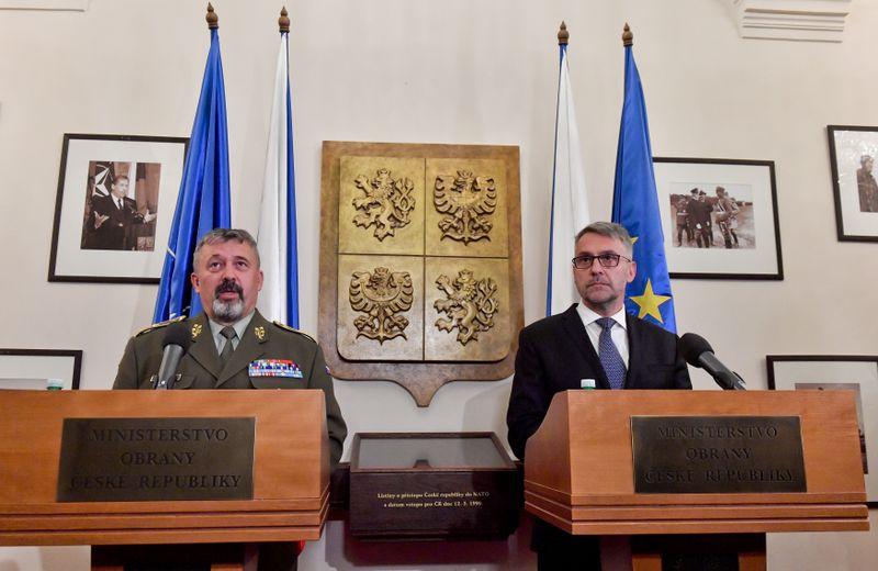 El jefe del Estado Mayor de las Fuerzas Armadas Checas, Aleš Opata, y el ministro de Defensa, Lubomír Metnar, foto: ČTK/Šimánek Vít