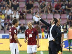 Andrea Stramaccioni dando instrucciones a sus pupilos. Foto: ČTK.