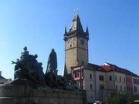 L'Hôtel de ville de Prague avec le monument de Jean Hus