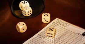 Würfel spielen - hrát kostky (Foto: Pezibear, Pixabay / CC0)